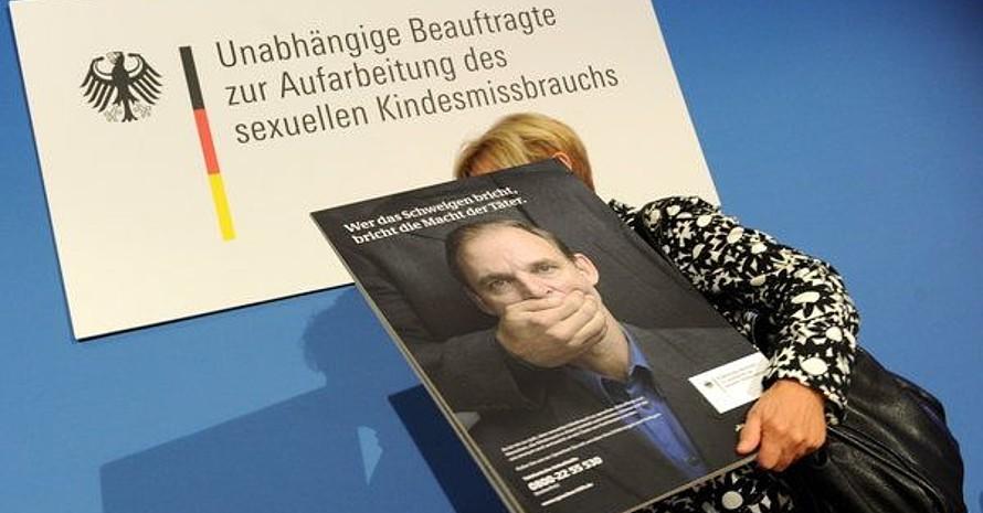 """Christine Bergmann, Beauftragte der Bundesregierung zur Bekämpfung von sexuellem Missbrauch, verlässt nach der Vorstellung der Kampagne """"Sprechen hilft"""" gegen sexuellen Missbrauch von Kindern mit einem Kampagnenmotiv die Pressekonferenz in Berlin. Copyright: picture-alliance"""