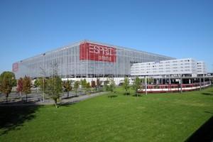 Das Tagungshotel Tulip Inn liegt in direkter Nachbarschaft zum Fußballstadion, das bis August 2018 den Namen Esprit Arena trug und heute Merkur Arena heißt. Foto: picture-alliance