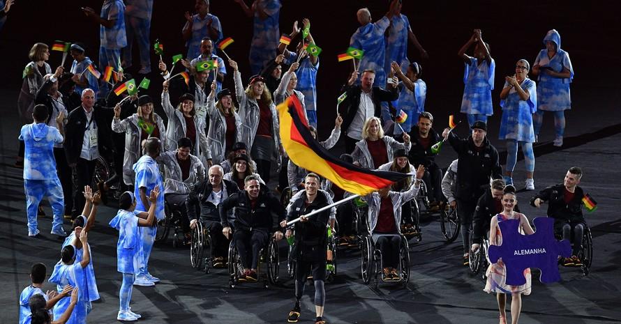 Das paralympische Team beim Einmarsch der Nationen zur Eröffnungsfeier der Spiele in Rio 2016. Foto: picture-alliance