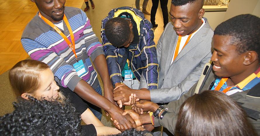 Von zwei weltwärts-Freiwilligen angeleitet kamen die Teilnehmer und Zuhörer nach der Diskussion in Bewegung. Foto: DOSB