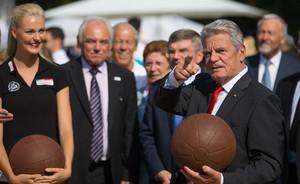 Bundespräsident Joachim Gauck beim Finale der Sportabzeichen-Tour 2013 in Berlin. Foto: picture-alliance