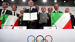 Die italiensche Delegation freut sich übe dei Entscheidung des IOC. Foto: picture-alliance