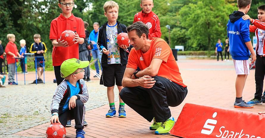 Danny Ecker unterstützte die Kinder als Sportbotschafter der Sparkassen-Finanzgruppe beim Deutschen Sportabzeichen. Foto: Treudis Naß