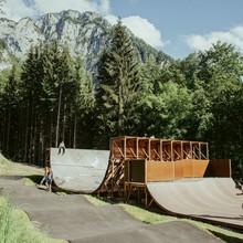 Ansicht der fast fertigen Skateanlage vor Alpenkulisse Foto: jankfiles