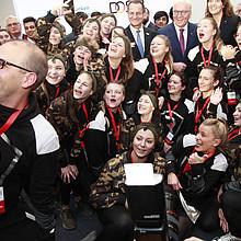 """Am 24. Januar haben Bundespräsident Frank-Walter Steinmeier, DOSB-Präsident Alfons Hör-mann und Marija Kolak, Präsidentin des Bundesverbandes der Deutschen Volksbanken und Raiffeisenbanken (BVR), in Berlin die """"Sterne des Sports"""" in Gold 2017 übe"""