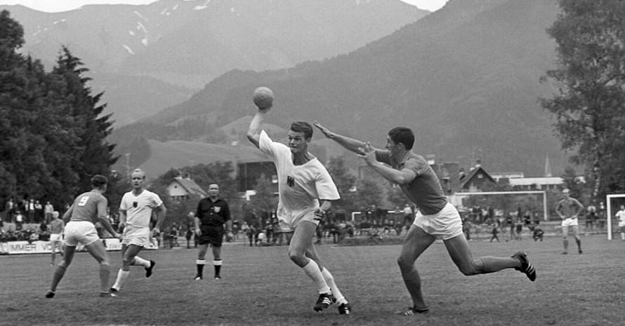 Die Begegnung Deutschland - Niederlande bei der Feldhandball-WM 1966 in Österreich. Foto: picture-alliance