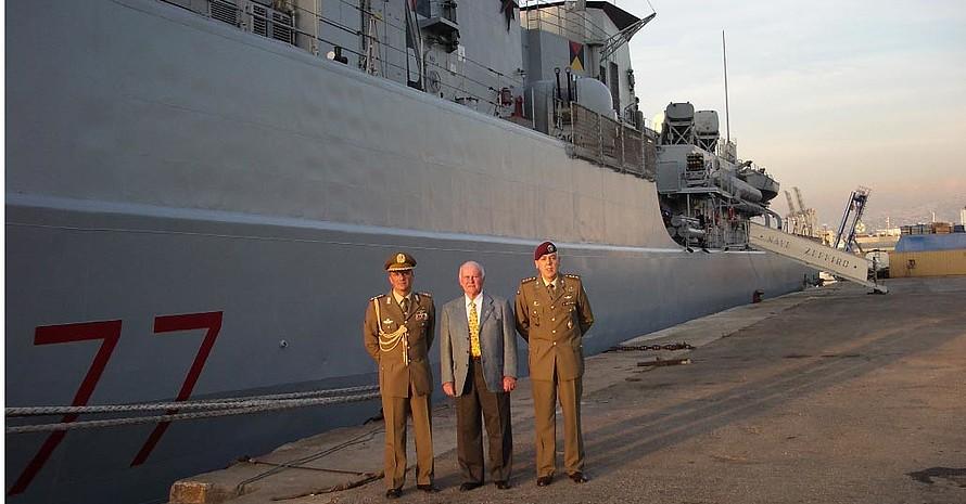 Am Hafen vor der Fregatte Zeffiro - Oberst Bettelli, Franco Schnappenberger, Hauptmann Fumagalli (v.l.n.r.), Quelle: Franco Schnappenberger
