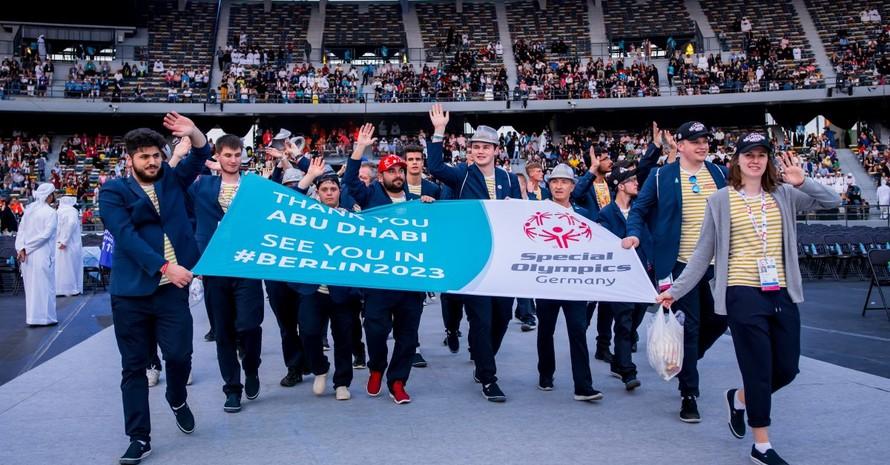 Abschlussfeier der Special Olympics Weltspiele in Abu Dhabi 2019: Die deutche Delegation bedankt sich herzlich und lädt alle zu den nächsten Weltsommerspielen 2023 in Berlin ein. Foto: SOD/Sascha Klahn