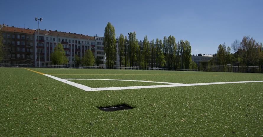 Kunststoffrasenbeläge auf Sportplätzen müssen fachgerecht entsorgt werden, wenn ihre Nutzungsdauer abgelaufen ist. Foto: picture-alliance