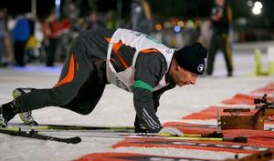 Sogar der frühere Fußball-Bundestrainer Berti Vogts versuchte sich schon in der faszinierenden Sportart Biathlon. Copyright: picture-alliance/dpa