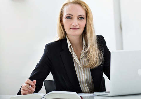 Dr. Carolin Weyand ist die Ansprechpartnerin für Verstöße gegen AGG, Mobbing, Stalking, oder sexualisierte Gewalt. Foto: Kanzlei Rettenmaier & Adick