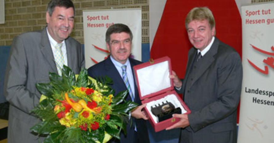 Dr. Rolf Müller, Präsident des LSB Hessen und DOSB-Präsident Dr. Thomas Bach gratulieren Volker Bouffier zu seiner Auszeichnung (v.l.) (Bild: Ralf Wächter)