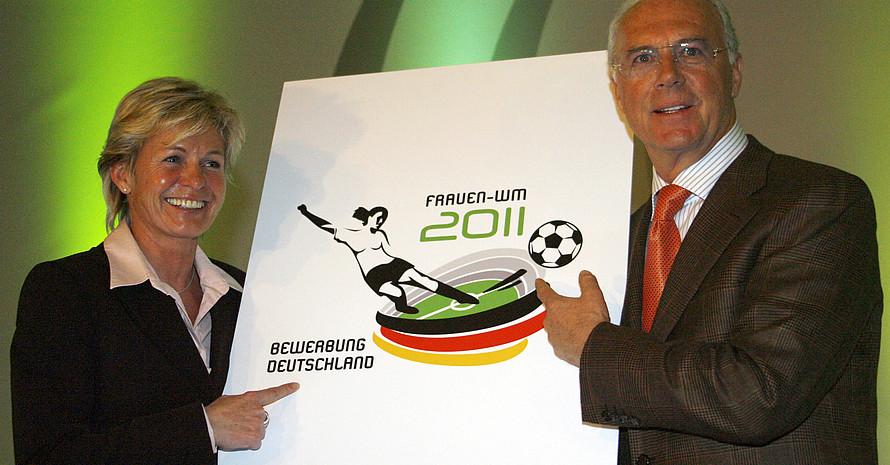 Der Präsident des Organisationskomitees der FIFA-Fußball-WM 2006 Franz Beckenbauer und die Trainerin der Frauen-Fußballnationalmannschaft Silvia Neid präsentieren  das Logo der Bewerbung Deutschlands.