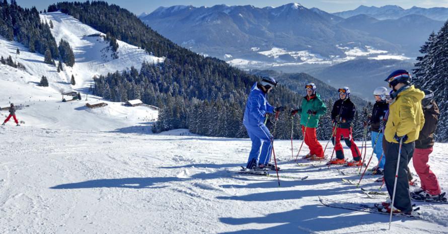 Skifahrer genießen das Bergpanorama. Foto: picture-alliance