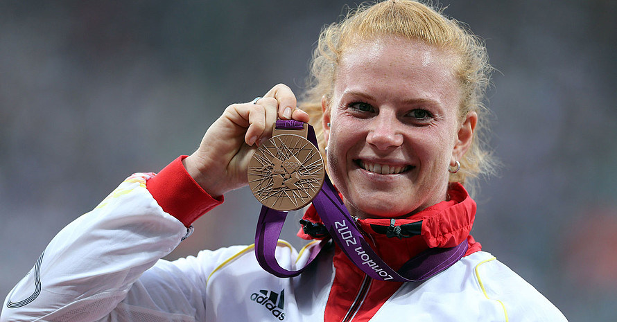 Betty Heidler bei der Siegerehrung in London 2012. Foto: picture-alliance