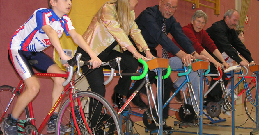 Bürgermeister Manfred Reim (m.) und die Vizepräsidentin des Landessportbundes Brandenburg Angelika Peter (2.v.r.) gaben sich bei der Pressekonferenz sportlich.