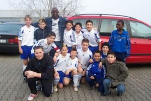 Anthony Baffoe bei einem Jugend-Fußballturnier mit Spielern des FSV Biebrich (Foto: FSV Biebrich).
