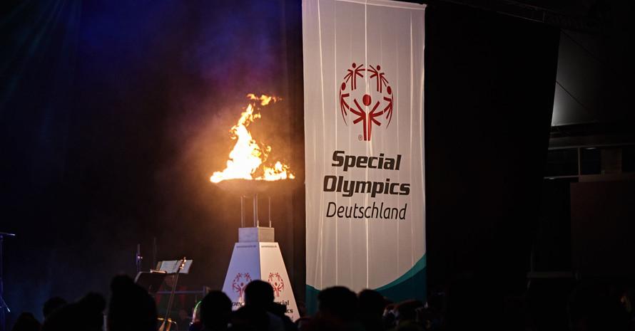 Fahne,Eid und Feuer gehören zur Eröffnungszeremonie der Spiele. Foto: SOD/Tom Gonsior