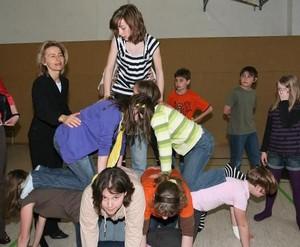 Arbeitsministerin von der Leyen (li.) möchte, dass auch bedürftige Kinder selbstverständlich am Nachmittag dabei sein können, wenn sich Gleichaltrige im Sportverein treffen. Copyright: picture-alliance
