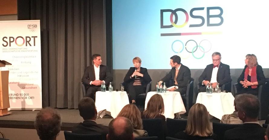 Was kann Sportwissenschaft für die Gesellschaft bewirken? Gesprächsrunde mit (von links)  Prof. Dr. Ditmar Wick, Ministerin Dr. Martina Münch, Moderator Marc Langebeck, Prof. Dr. Ralf Brand und DOSB-Vizepräsidentin Prof. Dr. Gudrun Doll-Tepper