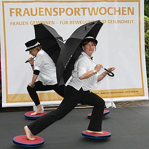 Mit Schirm, Charme und Zylinder wurden die FrauenSportWochen eröffnet. Foto: HuWiFoto