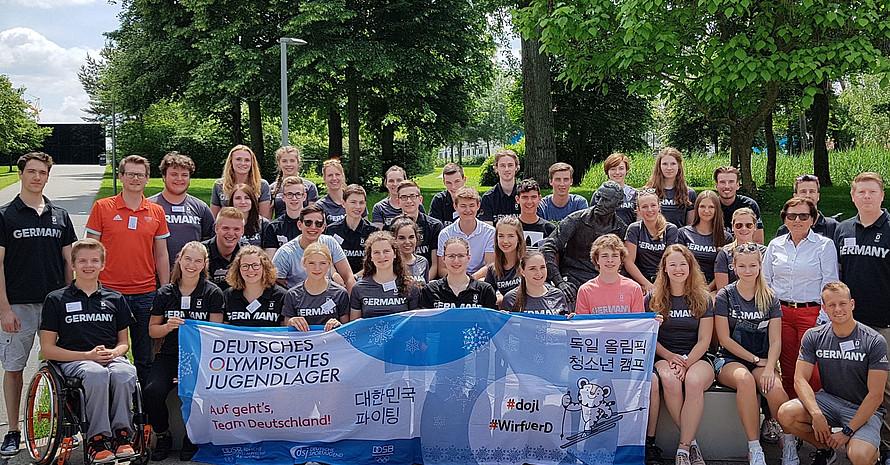 Die Teilnehmenden des Olympischen Jugendlagers zu Besuch bei Adidas in Herzogenaurach. Foto: DOA