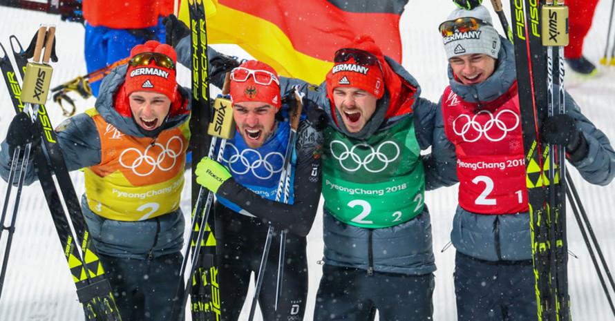 Zum Abschluss zum dritten Mal Gold: die Nordischen Kombinierer (von links) Eric Frenzel (l-r) Johannes Rydzek, Fabian Rießle und Vinzenz Geiger (Foto: Picture Alliance)