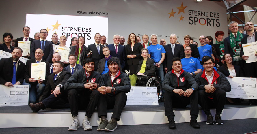 """Die mit dem """"Stern des Sports"""" in Gold ausgezeichneten Vereine stellen sich zum Gruppenbild mit dem Bundespräsidenten. Foto: DOSB"""