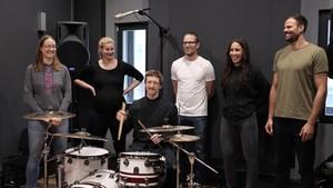 Beim Workshop: Team Athleten*innen Lisa Unruh, Dajana Eitberger, Christian Ehrhoff, Anne Sauer und Max Planer (stehend von links). Foto: DOSB/WESOUND