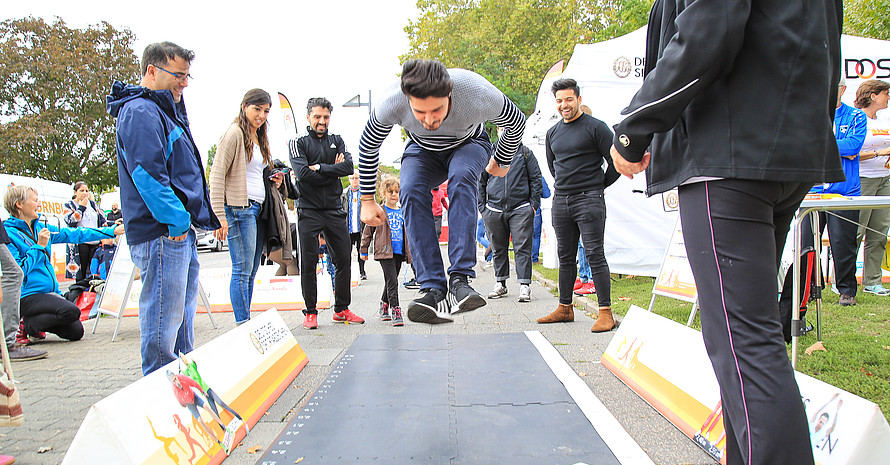 Antesten und Spaß haben – die Sportabzeichen-Schnupperstation bei der Europäischen Woche des Sports. Foto: DOSB/Treudis Naß