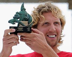 Dirk Nowitzki zeigt stolz die Auszeichnung des IOC. Copyright: picture-alliance