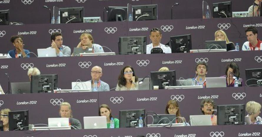Bei den Olympischen Spielen 2012 in London verfolgen Journalisten auf der Pressetribüne einen Wettbewerb. Foto: picture-alliance