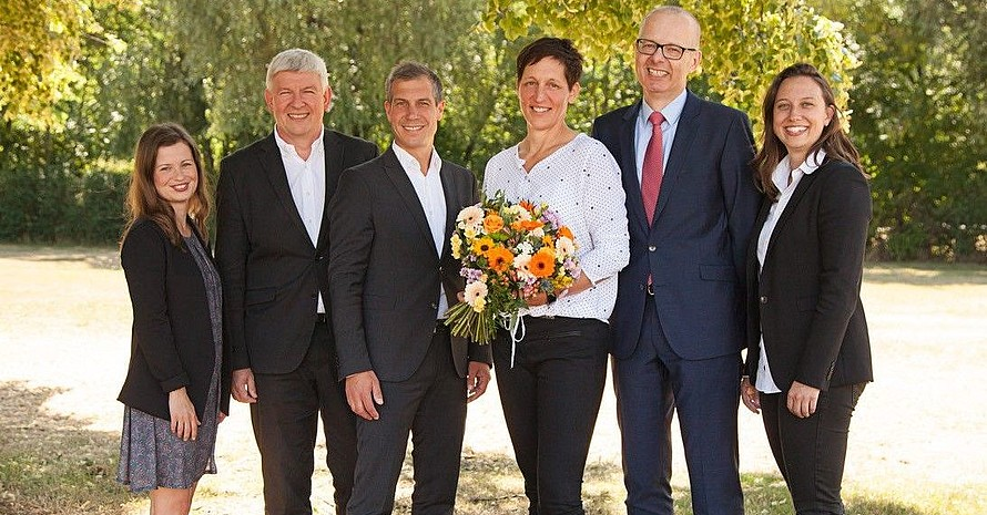 Die frischgekürte Stipendiatin Kathrin Boron (mitte) im Kreis der Gratulanten (v.li.): Von links Dr. Anne Engelhardt (Friedrich-Schiller-Universität Jena), Prof. Dr. Peter Thuy (Internationale Fachhochschule Bad Honnef), Christian Siegel (DOSB), Kathrin Boron, Prof. Dr. Frank Daumann (Friedrich-Schiller-Universität Jena), Alexandra Belzer (Friedrich-Schiller-Universität Jena) Foto: Uni Jena