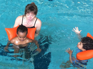 Annette Wolz gewöhnt in ihrem Schwimmkurs für Frauen auch deren Kinder ans Wasser. Foto: Annettes Kinderturnen