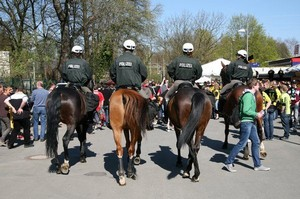 Berittene Polizei ist ein Baustein der Sicherheitsmaßnahmen vor Fußballspielen und gehört mittlerweile zum gewohnten Bild in der Umgebung der Stadien. Foto: picture-alliance
