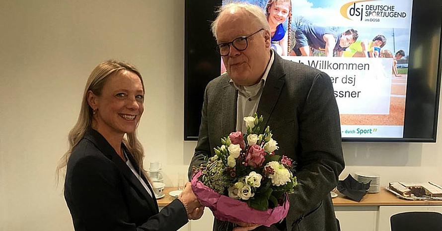 Christina Gassner wird von Martin Schönwandt mit einem Blumenstrauß begrüßt. Foto: dsj