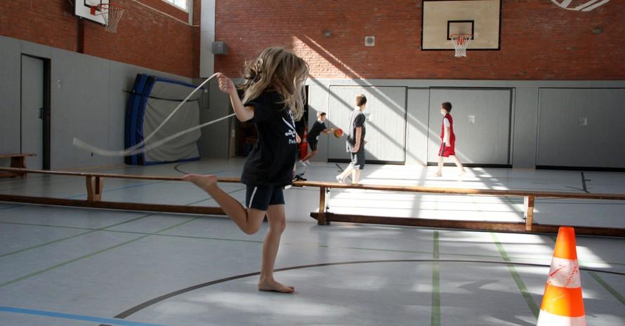 Der LSB Berlin will mit neuen Ausbildungsregeln die Kinder im Sport besser vor Missbrauch schützen. Foto: picture-alliance