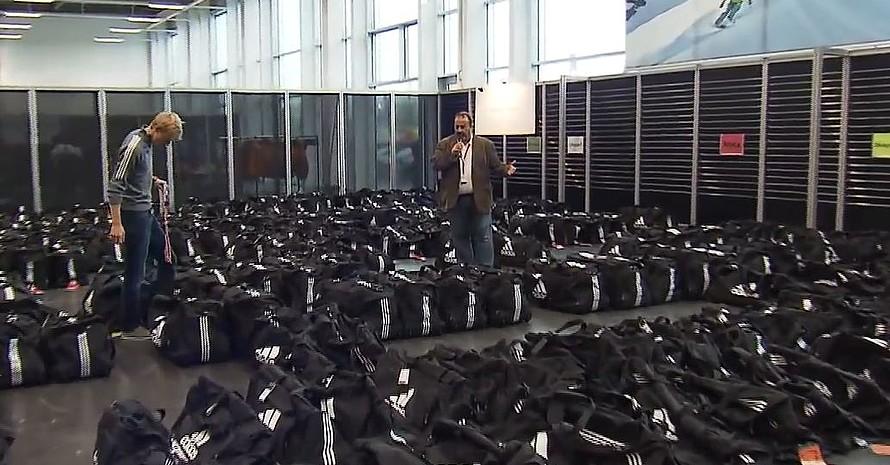 Für die Einkleidung für 400 Wintersportler, deren Traimer und Betreuer werden viele Helfer gebraucht. Foto: DSV