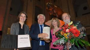 Gunter Gebauer (2.v.l.) bei der Preisverleihung mit Veronika Rücker, Gudrun Doll-Tepper und Laudator Wolfgang Schild (v.l.). Foto: camera4