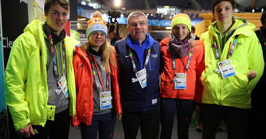 IOC-Präsident Thomas Bach plauderte in Lillehammer mit den Sportlerinnen und Sportlern des deutschen Skilanglauf-Teams (v.li): Philipp Unger, Anna-Maria Dietze, Thomas Bach, Celine Mayer und Chris Ole Sauerbrey. Foto: DOSB