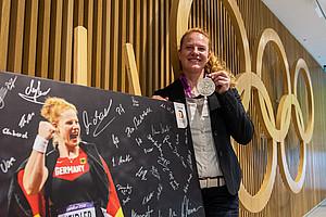 Betty Heidler nach der Medaillenneuvergabe im Haus des Deutschen Sports in Frankfurt. Foto: DOSB/picture-alliance