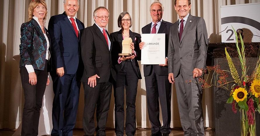 Kuratoriumsvorsitzende Doll-Tepper, Wowereit, Leyendecker, Schenk, Conze und DOSB-Präsident Alfons Hörmann (v.li.) stellen scih zum Gruppenbild. Foto: picture-alliance/Mehlis