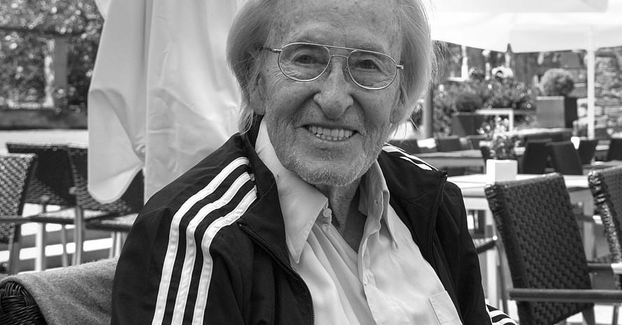 Für seinen Einsatz als Fußballtrainer auf allen fünf Kontinenten erhielt Rudi Gutendorf auch zwei Bundesverdienstkreuze. Er wurde 93 Jahre alt.