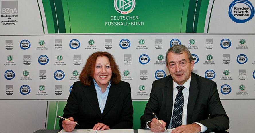 Elisabeth Pott und Wolfgang Niersbach bei der Vertragsunterzeichnung. Foto: DFb/BZgA