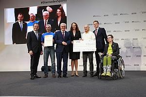 """Peter Weigel (2.v.l.) mit der Siegerurkunde bei der Preisverleihung """"Sterne des Sports"""" in Gold 2017. (Bild: DOSB/BVR)"""