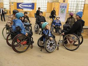 Kinder und Erwachsene beim Wheelchair Sakting. Foto: picture-alliance
