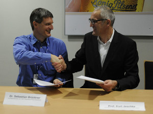 Laufbahn Berater Sebastian Brückner (l.) und IUBH-Prorektor Prof. Kurt Jeschke bei der Vertragsunterzeichnung. Foto: Claudia Pauli