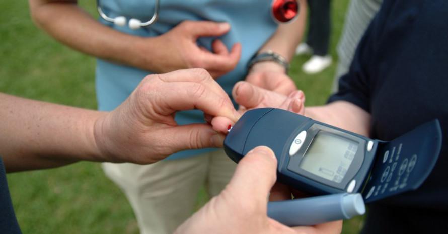 Diabetiker müssen auch beim Sport regelmäßig den Blutzuckerspiegel messen. Foto: LSB NRW