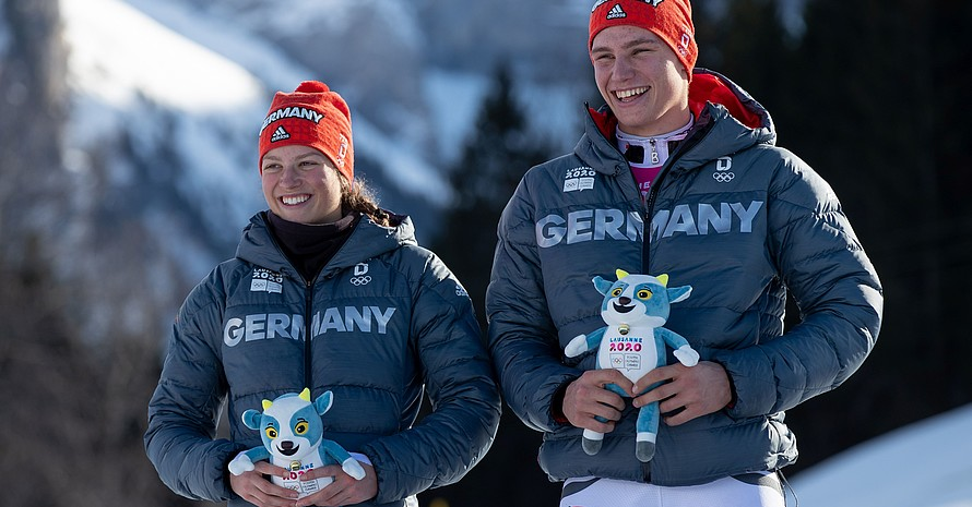 Lara Klein und Max Geissler-Hauber freuen sich über ihre Silbermedaille, die sie im alpinen Teamwettbewerb gewonnen haben. Foto: OIS/Ben Queenborough