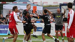Die deutsche Faustballmannschaft der Männer gewann bei der WM in Winterthur den Titel zum dritten Mal in Folge. Foto: picture-alliance